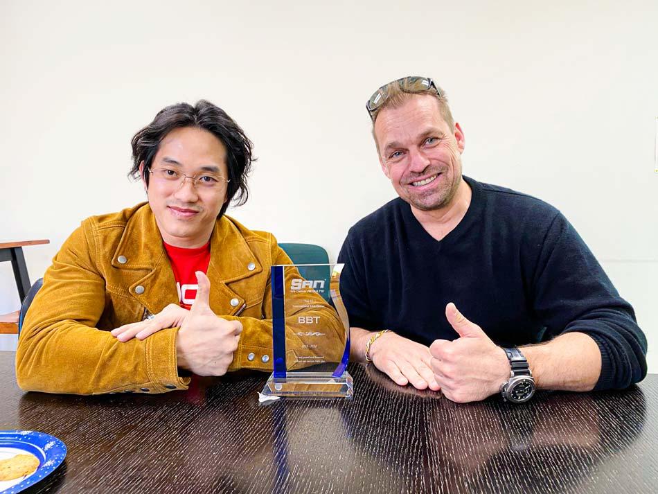 CEO Duy Nguyễn cùng những chiếc cúp danh giá