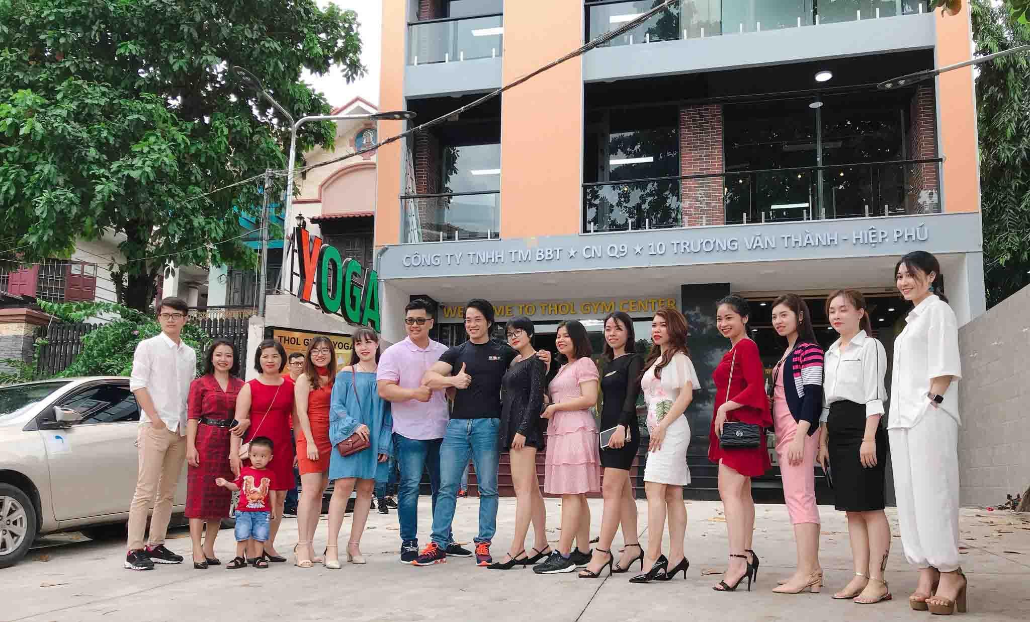 Duy Nguyễn chụp hình cùng nhân viên