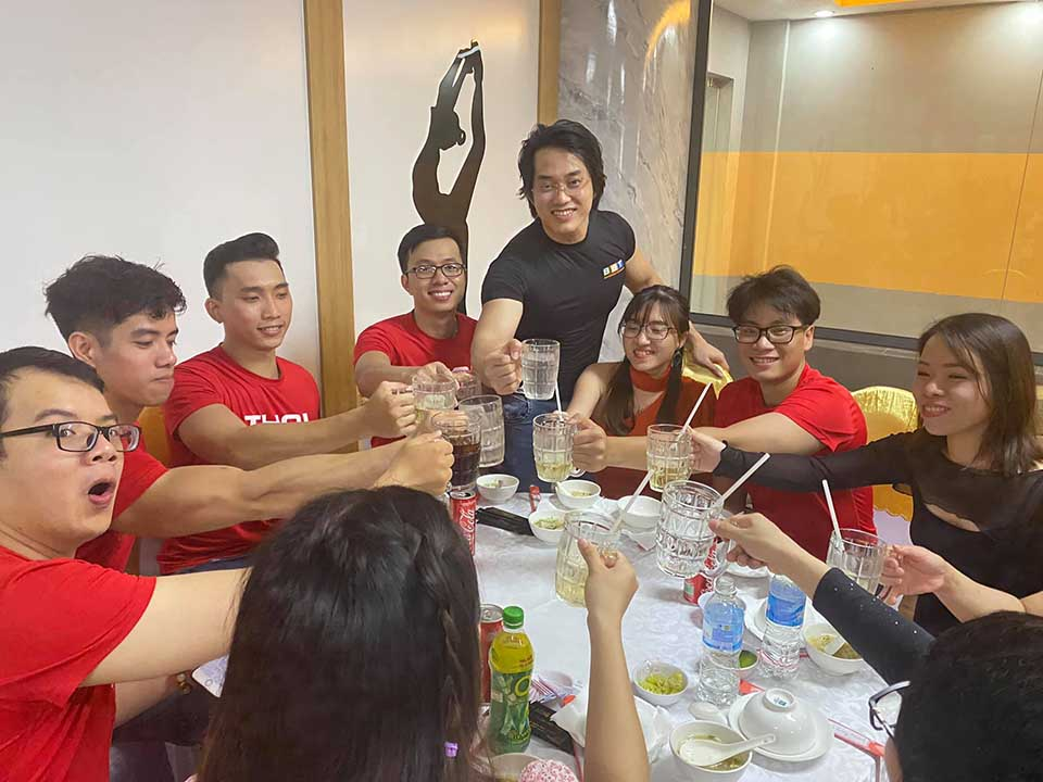CEO Duy Nguyễn vui vẻ cụng ly cùng tập thế nhân viên BBT